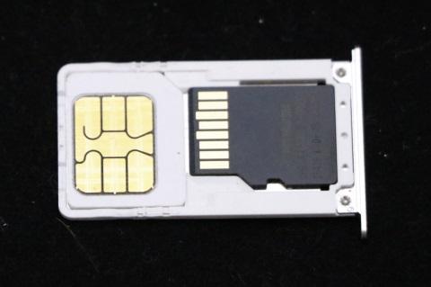 SIMトレイ SIMカードとmicroSD