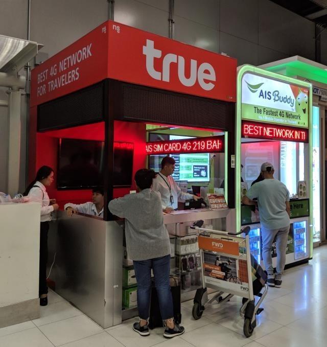 荷物受取りエリアの販売ブース(AIS・TrueMove)