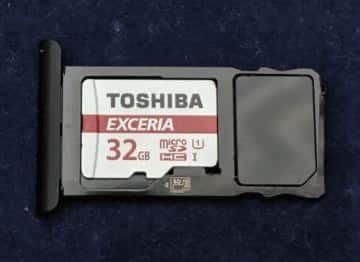 microSDカード用のトレイ (microSDカードを搭載)