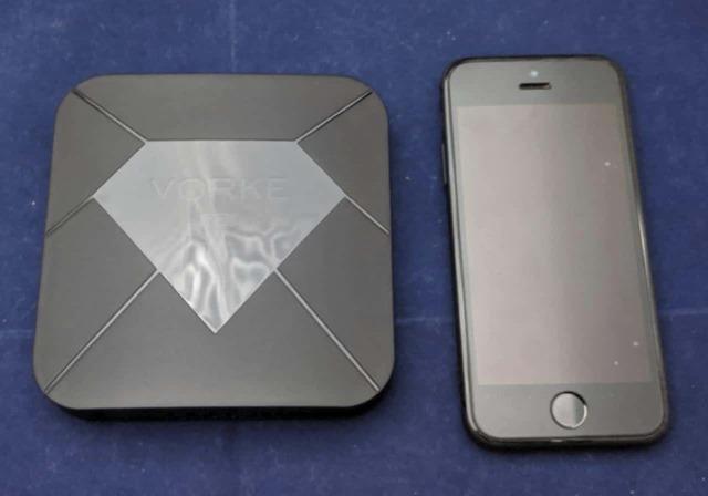 VORKE Z7とiPhone SEとのサイズの比較
