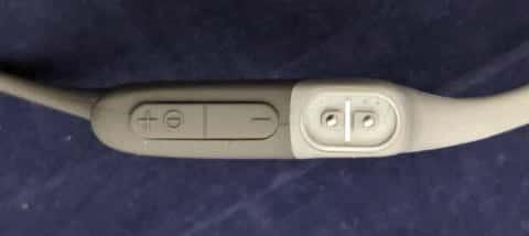 Aeropex本体 右側のボタンと充電端子